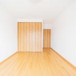 玄関側の6帖洋室は大きなクローゼットが付いています(寝室)