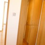 大型の玄関収納新設、扉には鏡が付いています(玄関)