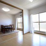 引き戸を開けて、ダイニングキッチンと隣の洋室をつなげて使えば、かなり広い空間になります(居間)
