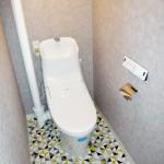 トイレ新規交換。温水洗浄便座つき。水廻り床には本物のタイルを使用!(内装)