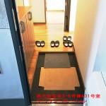奥から陽が差し込む明るい玄関(玄関)