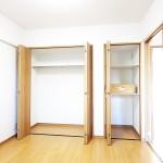 4.5帖の洋室ですが、クローゼットと収納スペースがあります。(内装)