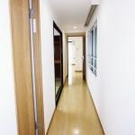 廊下にも窓があることで採光あります(内装)