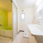 洗面室にも窓が付いていて明るい空間になっています(内装)