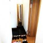 玄関収納は、扉に鏡が付いているので、お出かけ前のチェックに便利です(玄関)