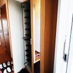 玄関収納新設、扉に鏡が付いているのでお出かけ前のチェックにも便利です(玄関)