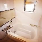 浴室一式新規交換、窓から陽が入ります(風呂)