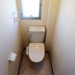 トイレも窓が付いていて明るいです。温水洗浄便座付(内装)