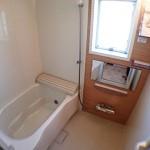 窓から陽が入る明るい浴室(風呂)
