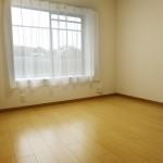 こちらは北側の洋室。全室フローリングなのでお掃除も楽です。(寝室)