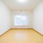 ダイニングキッチンの隣の洋室4.5帖はお子様部屋としもおすすめ(寝室)