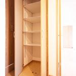 廊下には可動棚の収納も付いているので、お掃除道具などをしまって置くのにも便利です(内装)