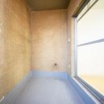 北側サービルバルコニー、壁で囲われていて窓もついています。