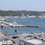 マンションの前は久里浜港