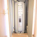 電気温水器も交換済み。普段は隠せるように扉が付いています
