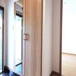 大型の玄関収納新設、扉に鏡が付いているのでお出かけ前のチェックに便利です(玄関)