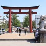 この参道を進むと、鶴岡八幡宮です