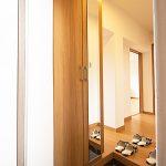 大型の玄関収納新設。扉に鏡が付いているので、お出かけ前のチェックにも便利です。(玄関)
