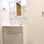 洗面化粧台新規交換、便利なシャワーヘッド付きで幅も広く使いやすい洗面です(内装)
