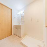 フラットな洗面室です。防水パンや水栓器具も新しくしました(内装)