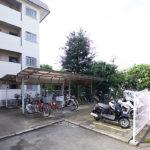 屋根付きの駐輪場に、バイク置場も完備