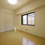 リビングと続き間の洋室。こちらのお部屋も東側に窓が付いています(寝室)