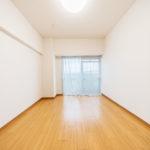 南側の洋室は陽当たりが良く明るいお部屋です(寝室)