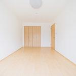 こちらは6帖のお部屋。全居室フローリングなのでお掃除も楽です(寝室)