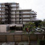 バルコニーからの眺望。向かいにもマンションが建っていますが距離が空いているので、陽当たり良好