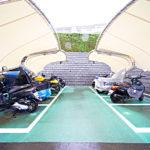 バイク置き場は屋根付きなので雨の日も安心です