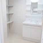 広い洗面室。洗面化粧台は便利なシャワーヘッドタイプ(内装)