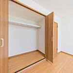 洋室7帖のクローゼットは幅も奥行きもあり収納力ばっちり(内装)