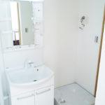 洗面化粧台、洗濯防水パンも新規交換済み(内装)