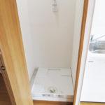 洗濯機置き場はキッチンの隣にあるので、家事をしながら洗濯するのも便利です。防水パンや水栓金具も新しく交換済み(内装)