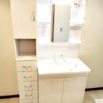 洗面化粧台新規交換、便利な収納棚が付いています!(内装)