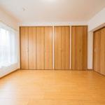 リビングとなりの洋室6帖 引き戸を開けてておけば、広々とした1LDKの間取りとしてお部屋を使えます(寝室)