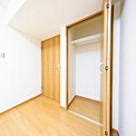 5帖洋室の大型クローゼット、扉は半分ですが右側にスペースがあります(内装)