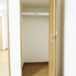 6帖洋室のクローゼット、上部にも収納スペース有り!(内装)