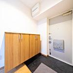 ワイドなシューズボックスを新設 玄関部分もゆったりとした広さ(玄関)