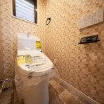 トイレも窓があって明るい空間です。トイレ新規交換、温水洗浄便座付き(内装)