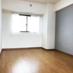 もう一部屋の洋室は広さ約6帖。カラーの壁紙がアクセントになっています(寝室)