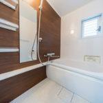 窓から陽が入る明るい浴室。ユニットバス新規交換(風呂)