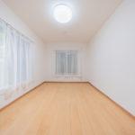 こちらは北側の洋室ですが、2面採光で明るいです(寝室)