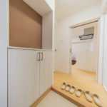 玄関収納は、上に飾りなどを置けるタイプです(玄関)
