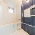 窓が付いている明るい浴室。ユニットバス新規交換(風呂)