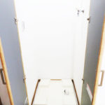 防水パンはキッチン横にあり、扉付きなので使わないときは隠しておけます(内装)