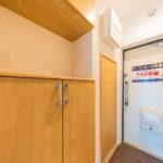 玄関には上下タイプの玄関収納を新設(玄関)