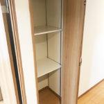 廊下部分にも収納が付いています。こちらは可動棚で好きな位置に調整出来るので、長い物などをしまって置くのにも便利です(内装)