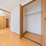 各洋室にクローゼットがあるので、各々の荷物もすっきりと収納できます。(内装)