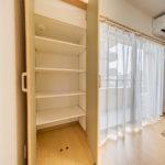 リビングには収納スペースが2つあります。こちらが窓側の収納。奥行き・高さもしっかりあります。(内装)